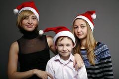 Famille heureux dans des capuchons d'an neuf Photos libres de droits