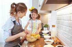 Famille heureux dans la cuisine Biscuits de cuisson de mère et d'enfant Images stock