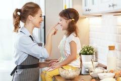 Famille heureux dans la cuisine Biscuits de cuisson de mère et d'enfant Photos libres de droits