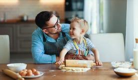 Famille heureux dans la cuisine biscuits de cuisson de p?re et d'enfant photos libres de droits