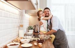 Famille heureux dans la cuisine La fille de père et d'enfant malaxent la pâte a Photos stock