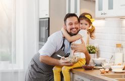 Famille heureux dans la cuisine La fille de père et d'enfant malaxent la pâte a Photos libres de droits