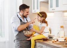 Famille heureux dans la cuisine La fille de père et d'enfant malaxent la pâte a Images libres de droits