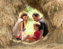 Famille heureux dans la meule de foin Photographie stock libre de droits
