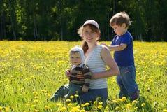 Famille heureux de mère et de deux fils Images libres de droits