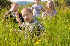 Famille heureux en été à l'extérieur Photographie stock libre de droits