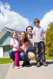 Famille heureux et leur maison Photographie stock libre de droits