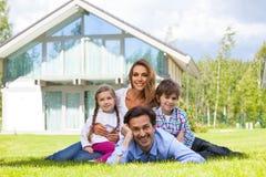 Famille heureux et leur maison Photos libres de droits