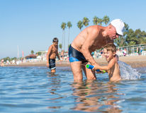 Famille heureux Grand-père et petit-fils de sourire jouant à la mer Émotions humaines positives, sentiments, photo stock