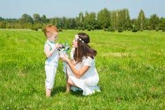 Famille heureux Jeune garçon de mère et d'enfant le jour ensoleillé Maman et fils de portrait sur la nature Émotions humaines pos Photographie stock libre de droits