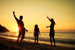 Famille heureux jouant à la plage Images libres de droits