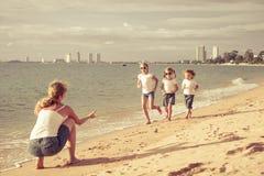 Famille heureux jouant sur la plage Images libres de droits