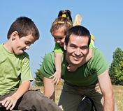 Famille heureux jouant sur le pré Photos libres de droits