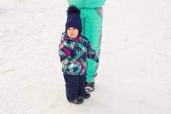 Famille heureux La fille de mère et d'enfant un hiver marchent en nature Image stock