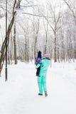 Famille heureux La fille de mère et d'enfant un hiver marchent en nature Photographie stock