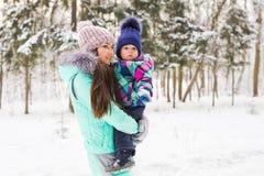 Famille heureux La fille de mère et d'enfant un hiver marchent en nature Photo stock