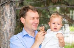 Famille heureux La fille de transport d'enfant de père extérieure apprécient la nature Papa et fille de portrait Émotions humaine Photo libre de droits