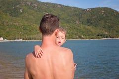 Famille heureux La fille de transport d'enfant de père extérieure apprécient la nature Papa et fille de portrait Photos stock