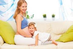 Famille heureux La fille enceinte de mère et de bébé ayant l'amusement détendent Photo stock