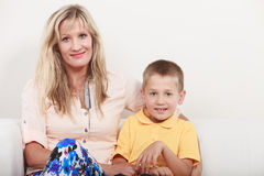 Famille heureux Mère et enfant sur le sofa à la maison Photographie stock