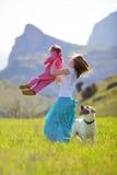 Famille heureux marchant avec le crabot Photographie stock libre de droits