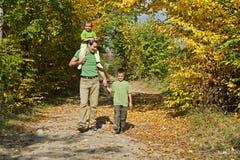 Famille heureux marchant sur le chemin Images stock