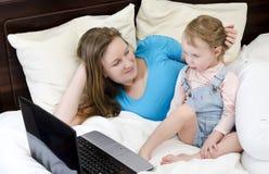 Famille heureux observant un dessin animé Images stock