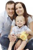 Famille heureux posant ensemble sur le fond blanc. Image libre de droits