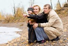 Famille heureux près du lac Image stock