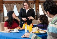 Famille heureux prenant le petit déjeuner à un restaurant Photos libres de droits
