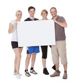 Famille heureux retenant la plaquette blanc Images libres de droits