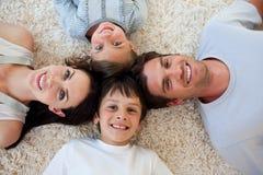 Famille heureux se trouvant sur l'étage Images libres de droits