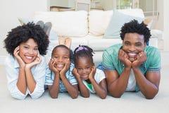 Famille heureux se trouvant sur l'étage image libre de droits