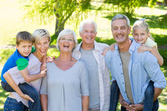 Famille heureux souriant à l'appareil-photo image libre de droits