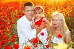 Famille heureux sur des fleurs de pavots Photo libre de droits
