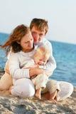 Famille heureux sur la plage Photos stock
