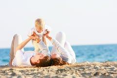 Famille heureux sur la plage Photo libre de droits
