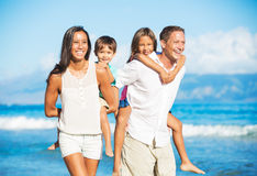 Famille heureux sur la plage Photographie stock libre de droits