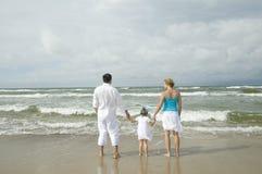 Famille heureux sur la plage image stock