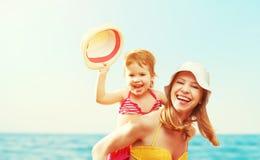 Famille heureux sur la plage Fille de mère et de bébé Images stock