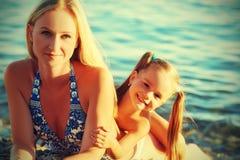 Famille heureux sur la plage Fille de mère et de bébé Image stock