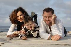 Famille heureux sur un pilier Images libres de droits