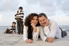 Famille heureux sur un pilier Photographie stock