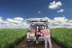 Famille heureux sur un voyage par la route Image libre de droits