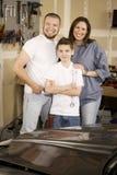 Famille hispanique dans le garage Images stock