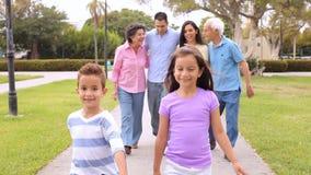 Famille hispanique de génération multi marchant en parc banque de vidéos