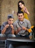 Famille hispanique drôle jouant des jeux vidéo Images stock