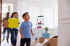 Famille hispanique entrant dans la nouvelle maison images stock