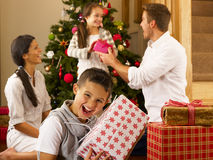 Famille hispanique permutant des cadeaux à Noël Image libre de droits