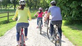 Famille hispanique sur le tour de cycle dans la campagne clips vidéos